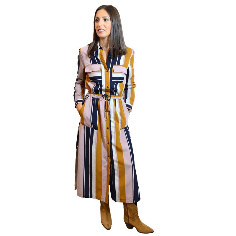 Vestido camisero de la firma Vilagallo, de largo midi y rallas anchas de colores otoñales.