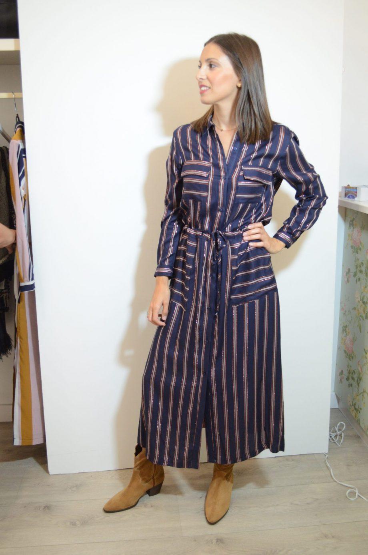 Vestido camisero de Vilagallo. Azul marino con rallas en rosa y oro rosa. Bolsillos en el pecho y anudado a la cintura.