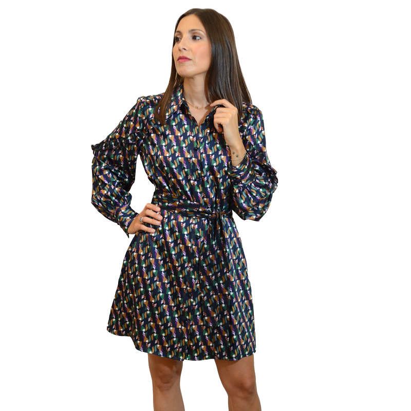 Los vestidos camiseros mini son preciosos. Este es de seda, estampado con cinturón para anudar a la cintura.